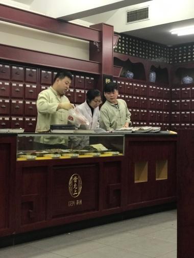 Die Apotheker bei der Teezusammenstellung