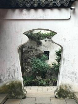 Türform als Vase, soll dem Durchgehenden Frieden bringen